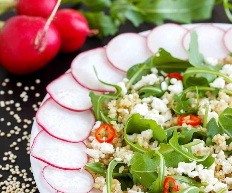 Salata de quinoa cu rucola feta ardei si ridichi