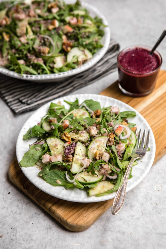 Salata de quinoa cu rucola mar castravete si sos de afine