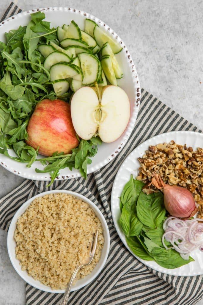 Salata de quinoa cu rucola nuci ceapa si mere
