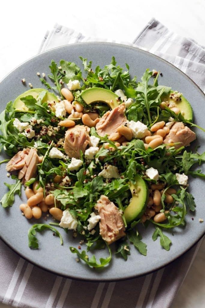 Salata de rucola cu fasole avocado ton si branza