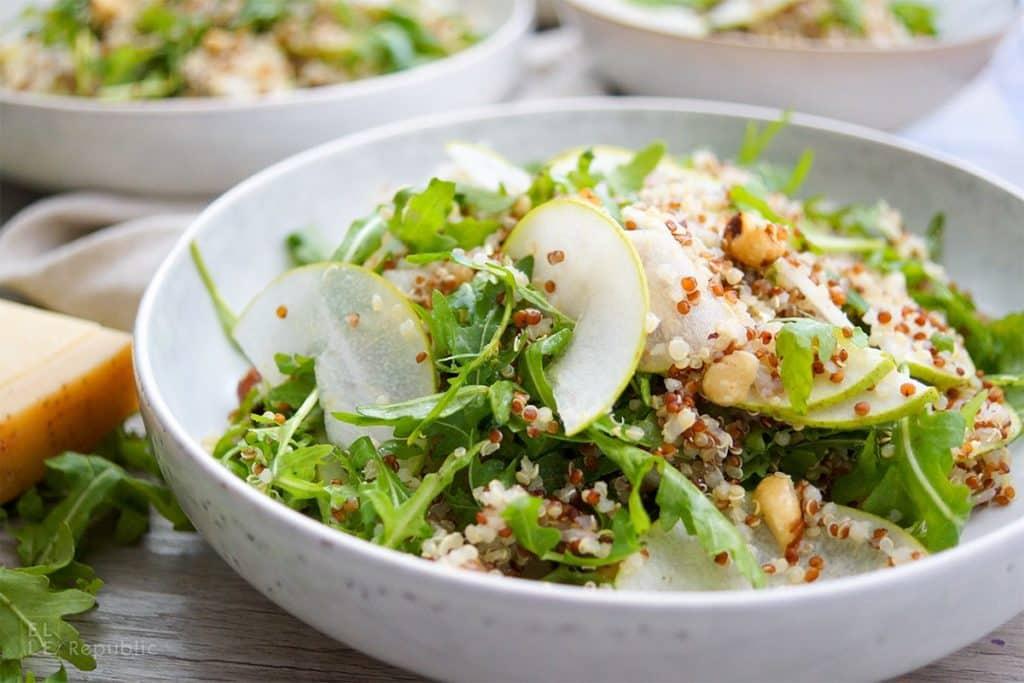 Salata de rucola cu quinoa si felii de pere
