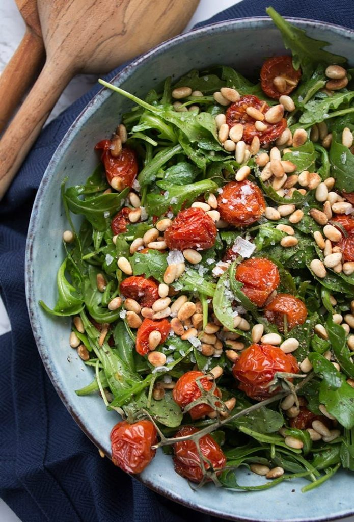 Salata de rucola cu rosii si seminte de pin