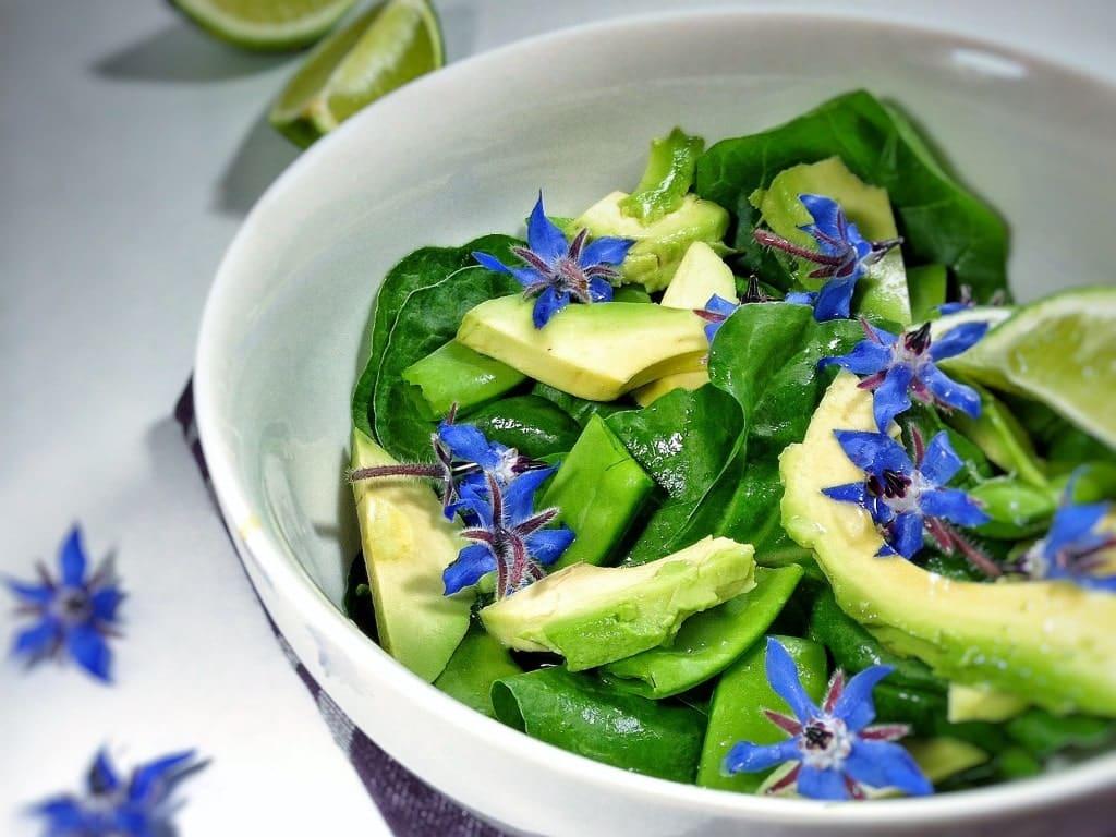 Salata de spanac cu avocado si flori de limba mielului