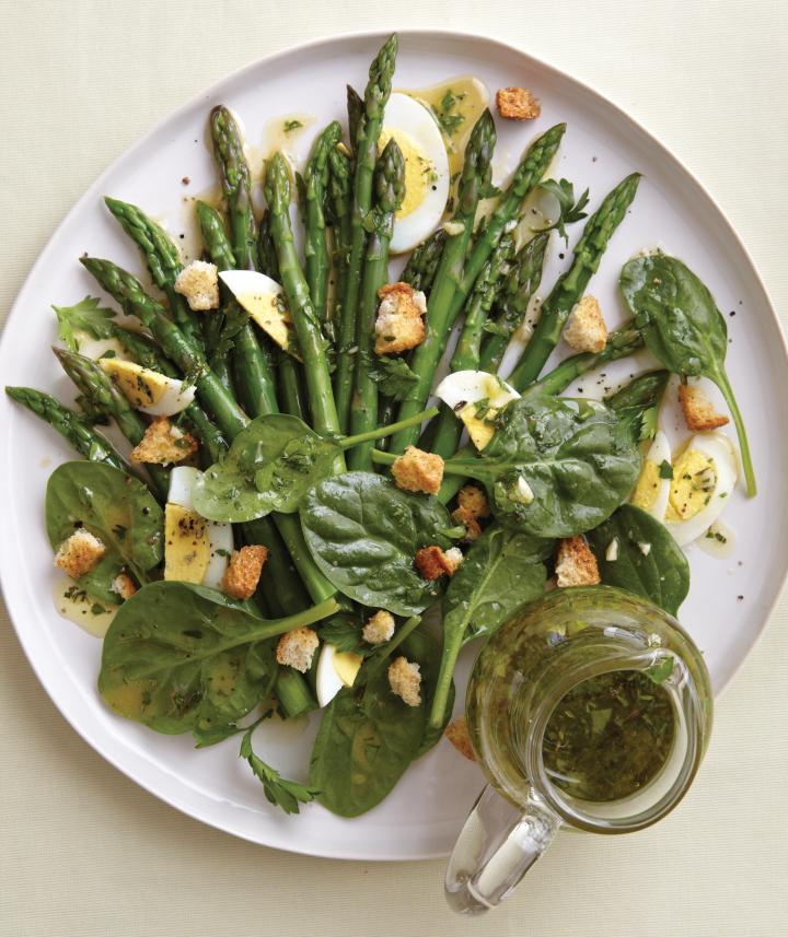 Salata de sparanghel cu spanac oua si crutoane