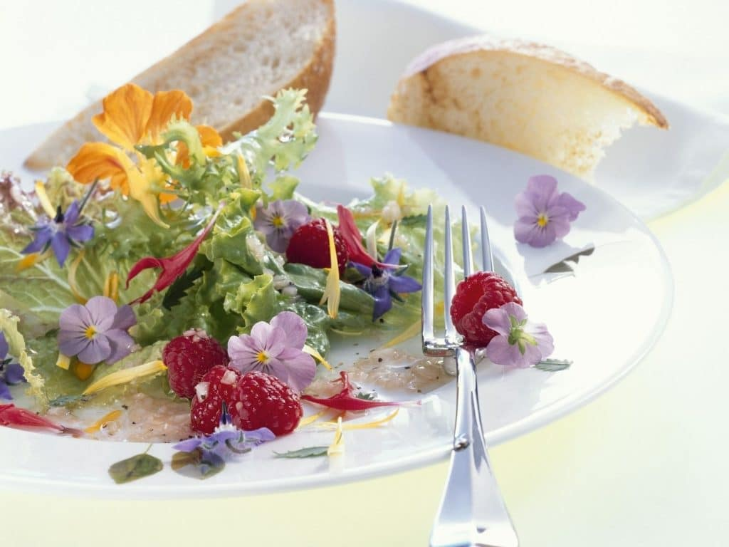 Salata verde cu flori comestibile si fructe