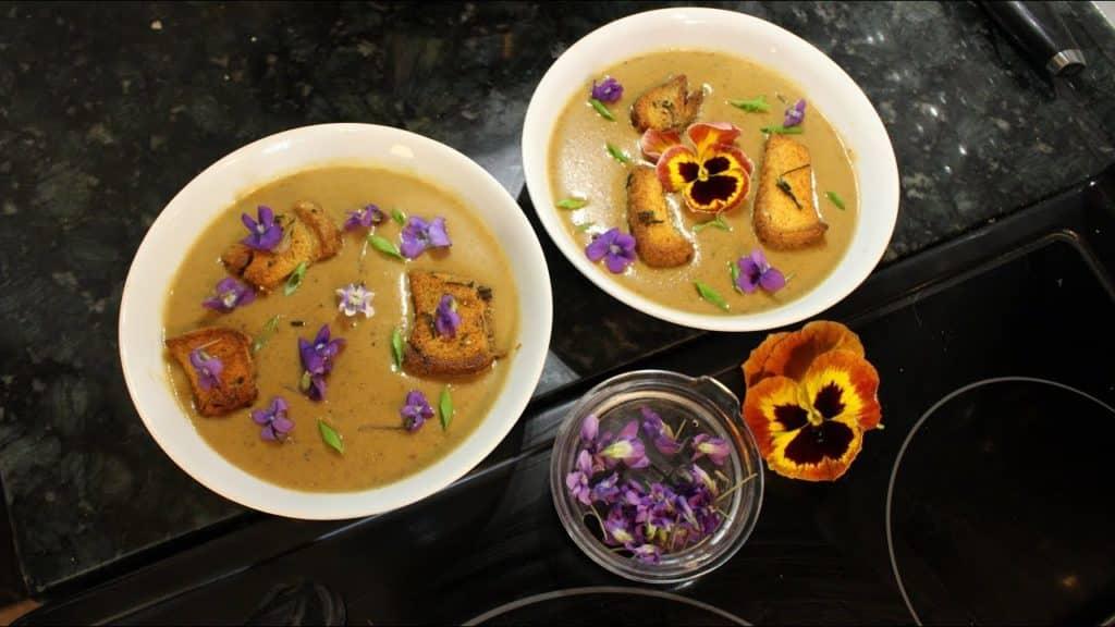 Supa crema de ciuperci servita cu toporasi si panselute