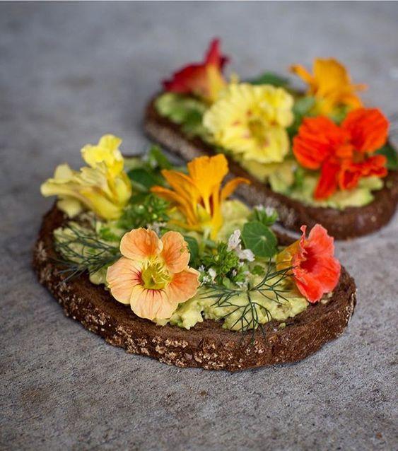 Toast cu avocado, flori si frunze de condurasi, marar si flori de oregano